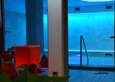 Piscina-sfondo-blu-+-buffet